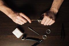 Άτομο που επισκευάζει τον ε-εξατμιστήρα Στοκ Εικόνα