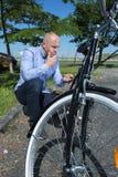 Άτομο που επισκευάζει το ποδήλατο βουνών στο δάσος Στοκ φωτογραφία με δικαίωμα ελεύθερης χρήσης
