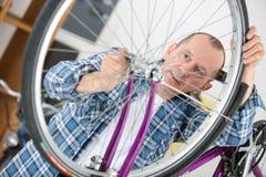 Άτομο που επισκευάζει το ποδήλατο στο εργαστήριο Στοκ Φωτογραφίες