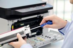 Άτομο που επισκευάζει το τονωτικό για τον εκτυπωτή λέιζερ Στοκ φωτογραφία με δικαίωμα ελεύθερης χρήσης