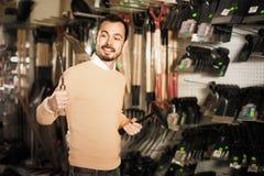 Άτομο που επιλέγει τα διάφορα εργαλεία στο κατάστημα εξοπλισμού κήπων Στοκ Εικόνα