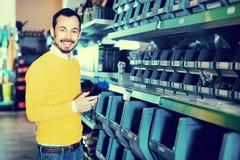 Άτομο που επιλέγει τα διάφορα εργαλεία στο κατάστημα εξοπλισμού κήπων Στοκ φωτογραφία με δικαίωμα ελεύθερης χρήσης