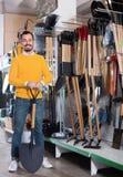 Άτομο που επιλέγει το νέο φτυάρι στο κατάστημα εξοπλισμού κήπων Στοκ φωτογραφία με δικαίωμα ελεύθερης χρήσης