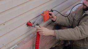 Άτομο που εργάζεται έξω, που κάνει τη ραφή με το σωλήνα συγκολλώντας σιδήρου Ενωμένος στενά υδραυλικός πλαστικός σωλήνας Δύο άτομ απόθεμα βίντεο