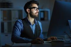Άτομο που εργάζεται αργά Στοκ φωτογραφία με δικαίωμα ελεύθερης χρήσης