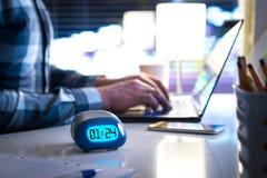 Άτομο που εργάζεται αργά Workaholic ή ύπαρξη σε καθυστέρηση έννοια στοκ εικόνες