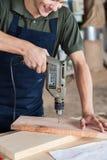 Άτομο που εργάζεται με ένα τρυπάνι στοκ εικόνες με δικαίωμα ελεύθερης χρήσης