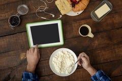 Άτομο που εργάζεται με την ψηφιακή κουζίνα συσκευών στο σπίτι, τοπ άποψη Στοκ φωτογραφία με δικαίωμα ελεύθερης χρήσης