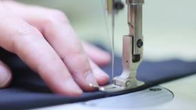 Άτομο που εργάζεται με τη ράβοντας μηχανή κοντά επάνω απόθεμα βίντεο