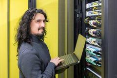 Άτομο που εργάζεται με τους κεντρικούς υπολογιστές στο κέντρο δεδομένων στοκ φωτογραφία με δικαίωμα ελεύθερης χρήσης