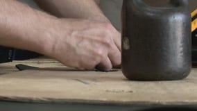 Άτομο που εργάζεται με το δέρμα φιλμ μικρού μήκους