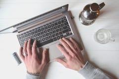 Άτομο που εργάζεται πίσω από το lap-top πρόσθετη επιχειρησιακή μορφή ανασκόπησης άσπρη εργασία lap-top κινητών τηλεφώνων επιχειρη Στοκ Εικόνες