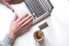 Άτομο που εργάζεται πίσω από το lap-top πρόσθετη επιχειρησιακή μορφή ανασκόπησης άσπρη εργασία lap-top κινητών τηλεφώνων επιχειρη Στοκ φωτογραφία με δικαίωμα ελεύθερης χρήσης