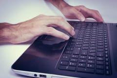 Άτομο που εργάζεται σε ένα lap-top στην αρχή Στοκ φωτογραφία με δικαίωμα ελεύθερης χρήσης