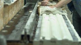 Άτομο που εργάζεται σε μια μηχανή με το γύψο απόθεμα βίντεο