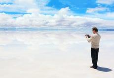 Άτομο που εργάζεται σε μια ψηφιακή ταμπλέτα Στοκ εικόνες με δικαίωμα ελεύθερης χρήσης