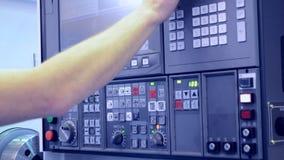 Άτομο που εργάζεται στα εργοστάσια πινάκων ελέγχου με μια βιομηχανική κινηματογράφηση σε πρώτο πλάνο μηχανών απόθεμα βίντεο