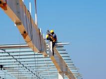 Άτομο που εργάζεται στην εργασία στο ύψος στοκ φωτογραφία με δικαίωμα ελεύθερης χρήσης