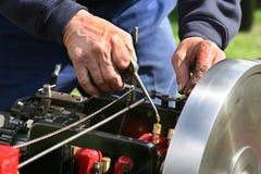 Άτομο που εργάζεται στην πρότυπη τροφοδοτημένη ατμός μηχανή έλξης κλίμακας Στοκ Φωτογραφίες