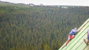 Άτομο που εργάζεται στη στέγη, που ξύνει το χρώμα Στοκ εικόνες με δικαίωμα ελεύθερης χρήσης