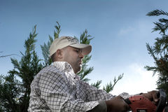 Άτομο που εργάζεται στον κήπο που κόβει τα δέντρα Στοκ Εικόνες