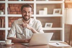 Άτομο που εργάζεται στον καφέ Στοκ Εικόνες