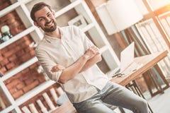 Άτομο που εργάζεται στον καφέ Στοκ φωτογραφία με δικαίωμα ελεύθερης χρήσης