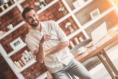 Άτομο που εργάζεται στον καφέ Στοκ Φωτογραφίες