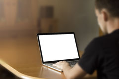 Άτομο που εργάζεται στο σημειωματάριο στοκ φωτογραφία με δικαίωμα ελεύθερης χρήσης