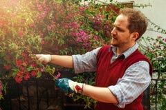 Άτομο που εργάζεται στο όμορφο πρωί άνοιξη κήπων του Στοκ Φωτογραφία