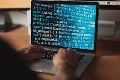 Άτομο που εργάζεται στο lap-top, προγραμματισμένος κώδικας για τον Ιστό στοκ εικόνες