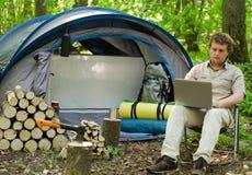 Άτομο που εργάζεται υπαίθρια σε ένα στρατόπεδο σκηνών στοκ φωτογραφίες