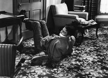 Άτομο που δεσμεύεται κτήμα και που φιμώνεται στο πάτωμα (όλα τα πρόσωπα που απεικονίζονται δεν ζουν περισσότερο και κανένα δεν υπ Στοκ φωτογραφία με δικαίωμα ελεύθερης χρήσης
