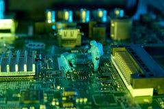 Άτομο που ελέγχει τα ολοκληρωμένα κυκλώματα Η τεχνολογία έννοιας Στοκ εικόνα με δικαίωμα ελεύθερης χρήσης