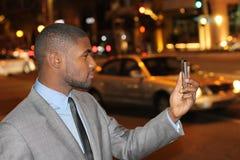 Άτομο που ελέγχει το τηλέφωνό του στις οδούς πόλεων Στοκ Εικόνες