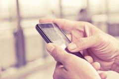 Άτομο που ελέγχει το τηλέφωνό του Στοκ Φωτογραφίες