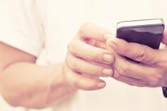 Άτομο που ελέγχει το τηλέφωνό του Στοκ Εικόνες