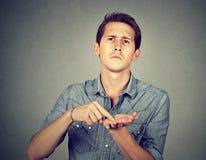 Άτομο που ζητά περισσότερα χρήματα για να πληρώσει το πίσω χρέος στοκ εικόνες