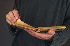 Άτομο που διαβάζει το παλαιό βιβλίο Στοκ εικόνα με δικαίωμα ελεύθερης χρήσης