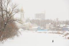 Άτομο που διασχίζει καλυμμένο τον πάγος ποταμό Στοκ φωτογραφία με δικαίωμα ελεύθερης χρήσης