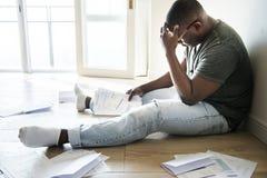 Άτομο που κάθεται και που διαχειρίζεται το χρέος στοκ φωτογραφία με δικαίωμα ελεύθερης χρήσης