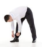 Άτομο που κάμπτει κάτω για να κάνει επάνω τα κορδόνια του Στοκ εικόνα με δικαίωμα ελεύθερης χρήσης