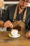 Άτομο που κάνει και που παίρνει τον καφέ από τη μηχανή espresso στοκ φωτογραφίες με δικαίωμα ελεύθερης χρήσης