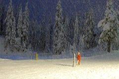 Άτομο που κάνει μετρώντας την εργασία στη ισχυρή χιονόπτωση στοκ εικόνα