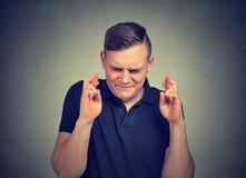 Άτομο που κάνει μια επιθυμία που κρατά τα δάχτυλά του διασχισμένα στοκ φωτογραφία με δικαίωμα ελεύθερης χρήσης