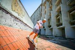 Άτομο που κάνει πατινάζ στο εγκαταλειμμένο κτήριο Στοκ Εικόνες