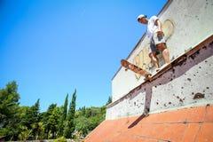 Άτομο που κάνει πατινάζ στο εγκαταλειμμένο κτήριο Στοκ φωτογραφία με δικαίωμα ελεύθερης χρήσης