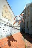 Άτομο που κάνει πατινάζ στο εγκαταλειμμένο κτήριο Στοκ Φωτογραφία