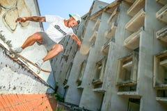 Άτομο που κάνει πατινάζ στο εγκαταλειμμένο κτήριο Στοκ Φωτογραφίες