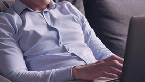 Άτομο που κάνει σερφ Διαδίκτυο στο PC στο επίπεδο απόθεμα βίντεο
